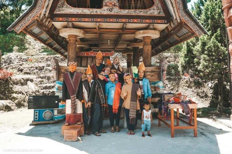 Turistas indonesios posando para nosotros
